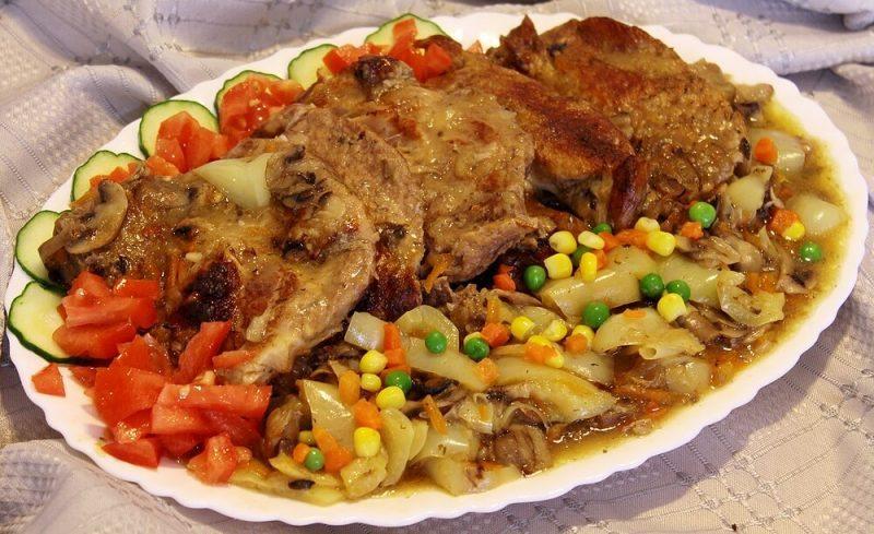 svinjski vrat iz rerne sa povrcem
