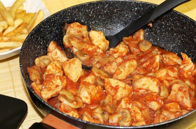 piletina-sa-sampinjonima-u-paradajz-sosu