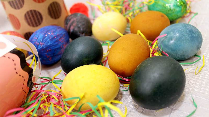 farbanje jaja prirodnim bojama