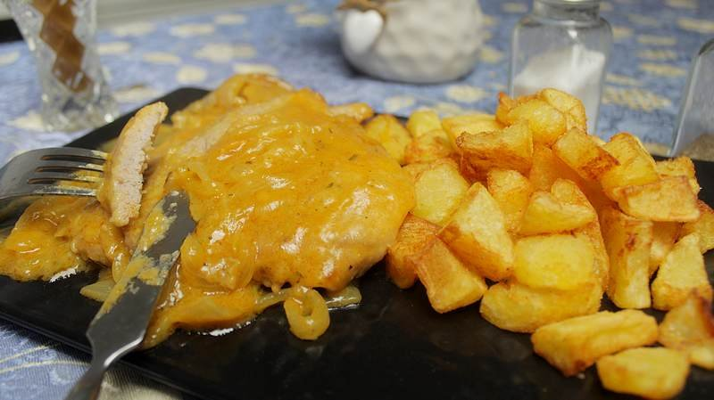 snicle u sosu od luka i krompir