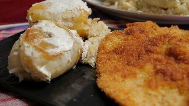 Paprika punjena krompirom i pirinčem, zalivena pavlakom