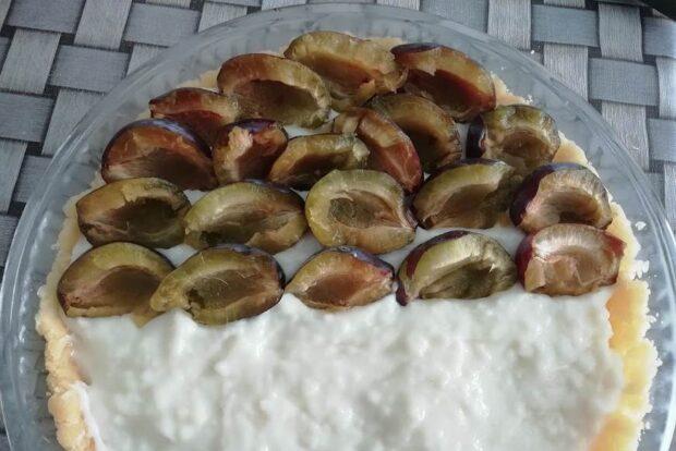 kolac sa sljivama i pudingom